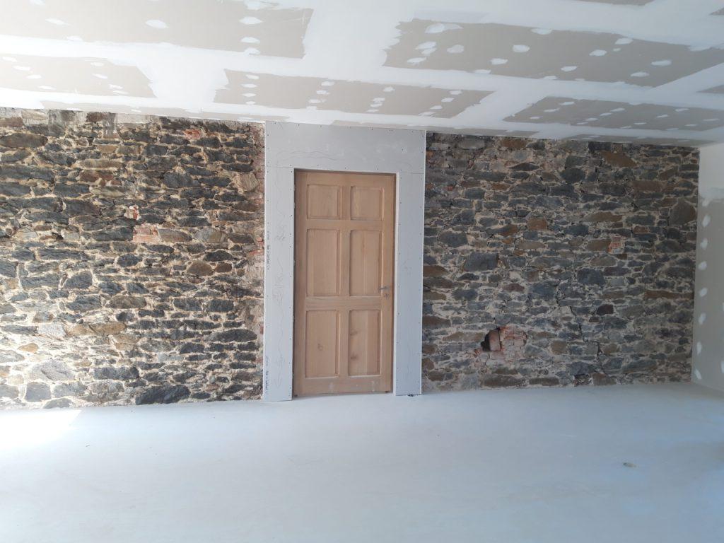 Rénovation intérieur de l'entourage d'une porte en bois.